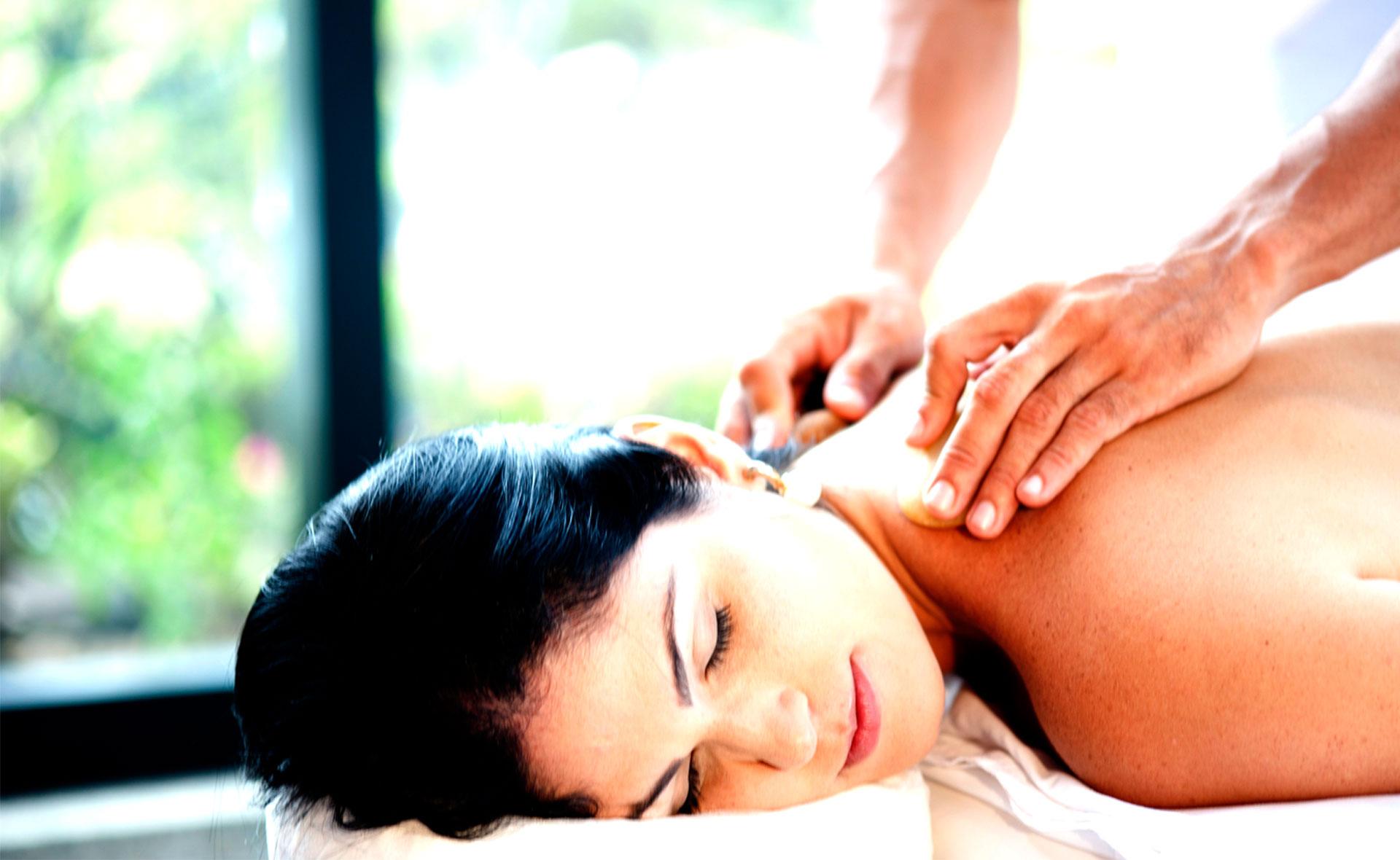 Uma mulher sendo massageada